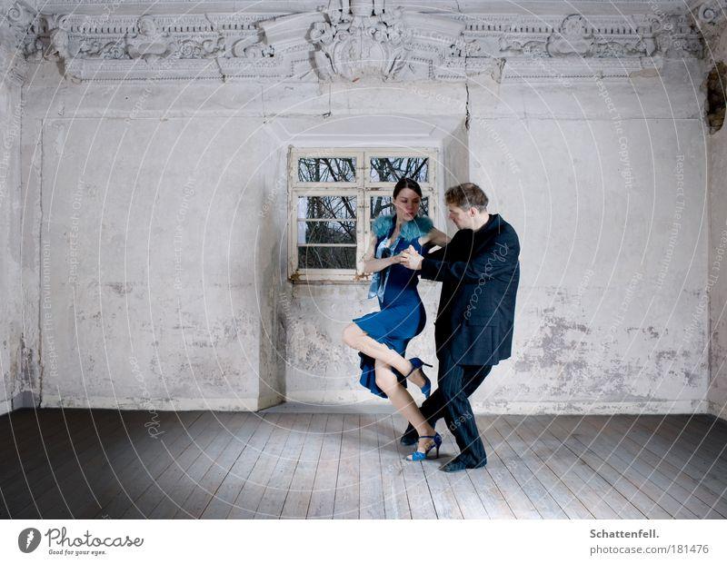 kontrollierte Hingabe. Mensch blau weiß schwarz Leben Erotik Bewegung grau Paar Musik Innenarchitektur Zusammensein Raum Zufriedenheit Tanzen elegant