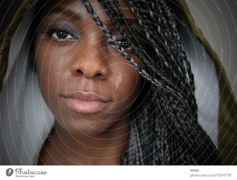 Tash feminin Frau Erwachsene 1 Mensch Kapuze Regenjacke Haare & Frisuren schwarzhaarig grauhaarig langhaarig Rastalocken Afro-Look beobachten Blick warten