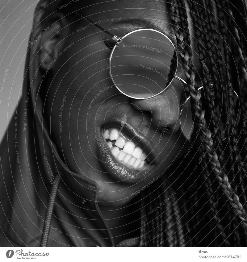 Universelle Weißheit feminin Mund Zähne 1 Mensch Mantel Regenjacke Sonnenbrille schwarzhaarig langhaarig Rastalocken Lächeln Aggression bedrohlich frech