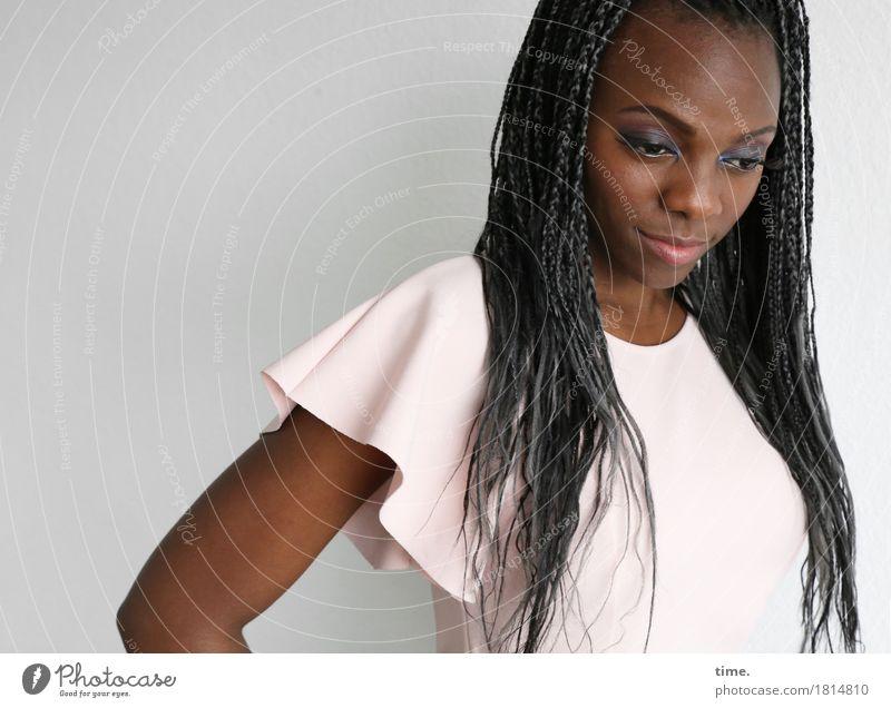 Tash feminin 1 Mensch Hemd Haare & Frisuren schwarzhaarig langhaarig Rastalocken Afro-Look beobachten Blick warten schön Konzentration Farbfoto Innenaufnahme