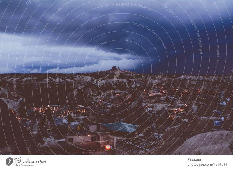 Türkische Apokalypse Landschaft Luft Himmel Wolken Gewitterwolken Horizont Unwetter Sturm Hügel Felsen Schlucht Türkei Cappadocia Sehenswürdigkeit bedrohlich