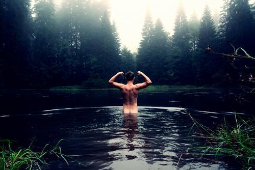 Stärkster Mann im Teich Freude schön Körperpflege Gesundheit Fitness Leben Kur Schwimmen & Baden Sport-Training maskulin Rücken 1 Mensch 18-30 Jahre Jugendliche