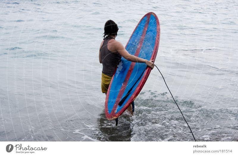 Surfin Safari Farbfoto Gedeckte Farben Außenaufnahme Textfreiraum links Kontrast Ferien & Urlaub & Reisen Sommer Sommerurlaub Meer Wellen Sport Surfen Surfer