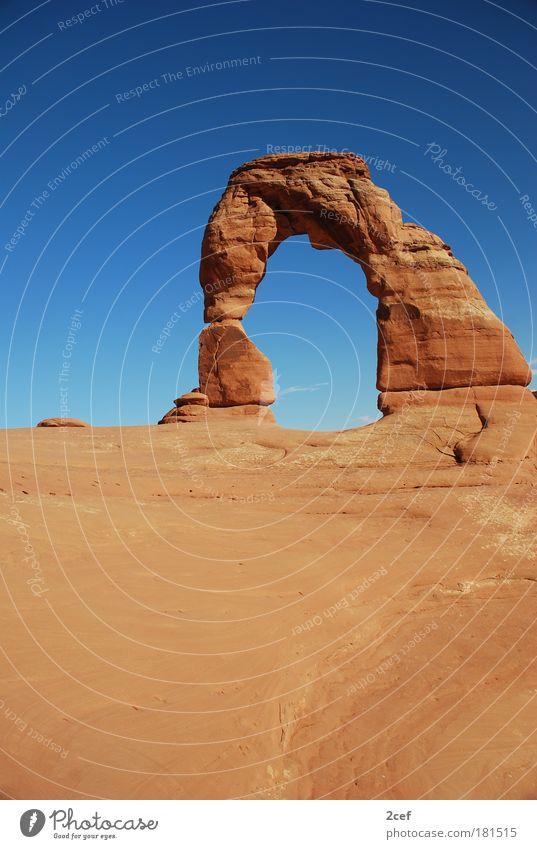 delicate arch Sand Erde Felsen Urelemente Wüste außergewöhnlich Reisefotografie Amerika Wahrzeichen bizarr Schönes Wetter Sehenswürdigkeit Felsbogen Blauer Himmel Durchblick