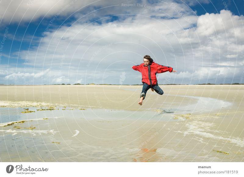 Feeling free! Farbfoto Außenaufnahme Textfreiraum links Hintergrund neutral Tag Sonnenlicht Zentralperspektive Totale Ganzkörperaufnahme Vorderansicht Freude