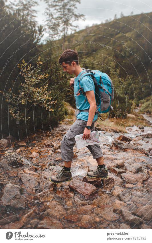 Junge, der über einen Gebirgsstrom geht Ferien & Urlaub & Reisen Abenteuer Freiheit Sommer Berge u. Gebirge wandern 1 Mensch 13-18 Jahre Jugendliche Natur Fluss
