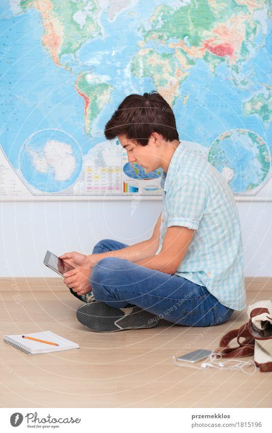 Junge, der durch die Karte im Klassenzimmer sitzt Mensch Jugendliche Schule Denken 13-18 Jahre lernen Studium Bildung Student Landkarte Notebook vertikal