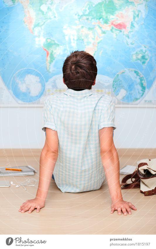 Junge, der durch die Karte im Klassenzimmer sitzt Mensch Jugendliche Schule Denken 13-18 Jahre lernen Studium Bildung Student Konzentration Landkarte vertikal