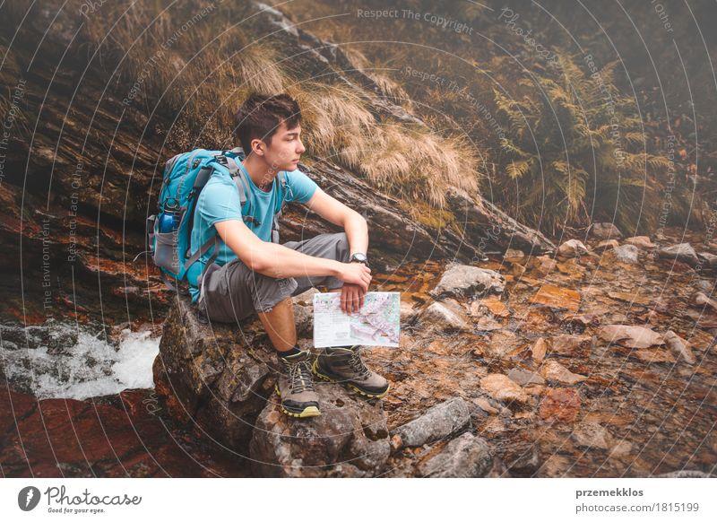 Junge, der auf einem Felsen auf Gebirgspfad sitzt Lifestyle Freizeit & Hobby Ferien & Urlaub & Reisen Ausflug Abenteuer Freiheit Sommer Sommerurlaub