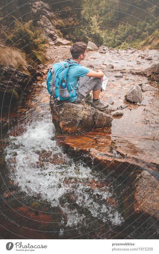 Junge, der auf einem Felsen auf Gebirgspfad sitzt Mensch Natur Ferien & Urlaub & Reisen Jugendliche Sommer Wasser Erholung Einsamkeit Berge u. Gebirge