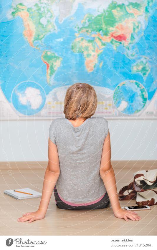 Mensch Lifestyle Junge Schule Denken lernen Bildung Student Handy Landkarte Schreibstift vertikal Entschlossenheit Schulkind Klassenraum Kaukasier
