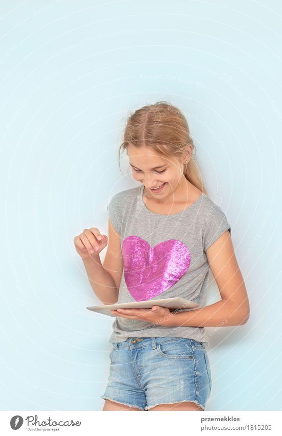 Nahaufnahme von Mädchen mit einem mobilen Gerät Freude Schule Klassenraum Schulkind Notebook 1 Mensch Denken Fröhlichkeit Optimismus Leidenschaft Bildung