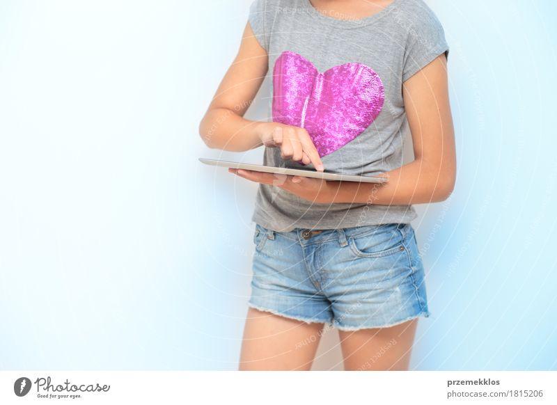Nahaufnahme von Mädchen mit einem mobilen Gerät Lifestyle Schule Klassenraum Schulkind Studium Student Arbeitsplatz Notebook 1 Mensch 13-18 Jahre Jugendliche