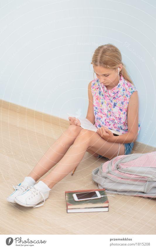 Mensch Mädchen Lifestyle Schule Denken sitzen Buch Studium lesen Bildung Student Handy Schreibstift vertikal Entschlossenheit Schulkind