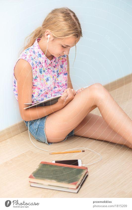 Schulmädchen, das ein Buch im Klassenzimmer liest Lifestyle lesen Schule Klassenraum Schulkind Studium Student Handy Mädchen 1 Mensch 13-18 Jahre Jugendliche
