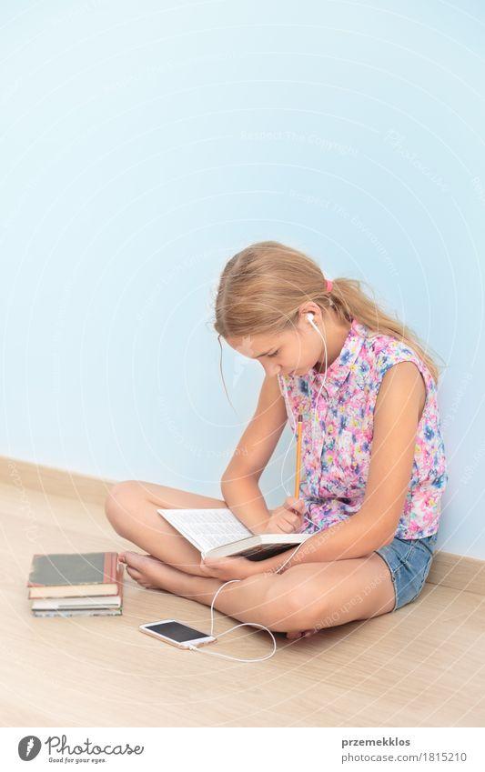 Schulmädchen, das ein Buch im Klassenzimmer liest Lifestyle lesen Schule Klassenraum Schulkind Studium Arbeitsplatz Werkzeug Mädchen 1 Mensch 13-18 Jahre