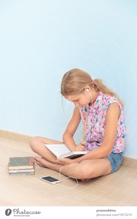 Schulmädchen, das ein Buch im Klassenzimmer liest Mensch Jugendliche Mädchen Lifestyle Schule Denken 13-18 Jahre sitzen Studium lesen Bildung schreiben