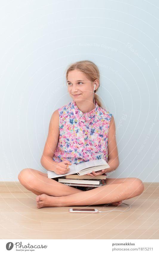 Mensch Mädchen Lifestyle Glück Schule sitzen Buch Studium lesen Bildung Student Handy Arbeitsplatz Notebook vertikal Schulkind