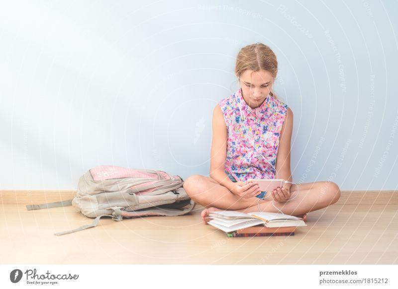 Mensch Jugendliche Mädchen Lifestyle Schule 13-18 Jahre Kommunizieren sitzen Buch Studium lesen Bildung Handy Schüler Werkzeug horizontal