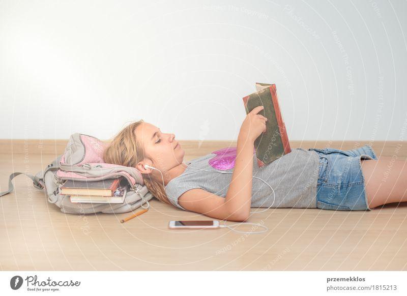 Schulmädchen, das ein Buch im Klassenzimmer liest Lifestyle lesen Bildung Schule Klassenraum Schulkind Studium Student Werkzeug Mädchen Jugendliche 1 Mensch