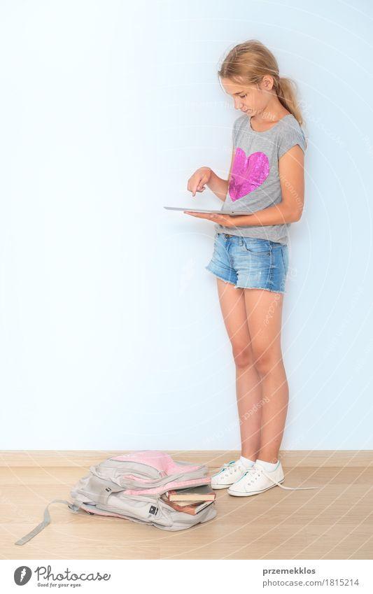 Mensch Jugendliche Mädchen Lifestyle Schule Denken 13-18 Jahre Buch Studium lesen Bildung Student Schreibstift Notebook vertikal Entschlossenheit