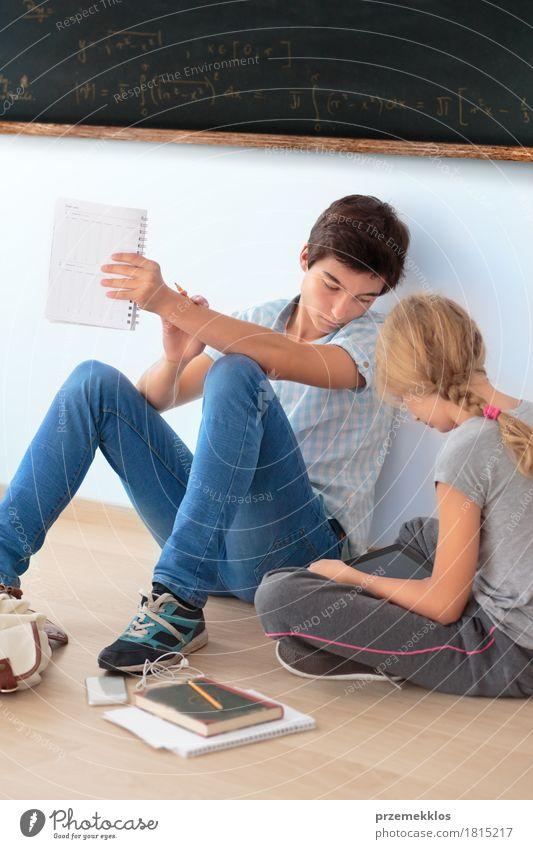 Jugendliche, die in der Schule durch eine Tafel lernen Mensch Mädchen sprechen Junge Denken 13-18 Jahre Computer Buch Papier Studium Bildung schreiben Student