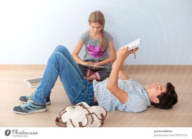 Mensch Jugendliche Mädchen Junge Schule Denken 13-18 Jahre Papier Studium schreiben Bildung Student Schreibstift Werkzeug horizontal Bleistift