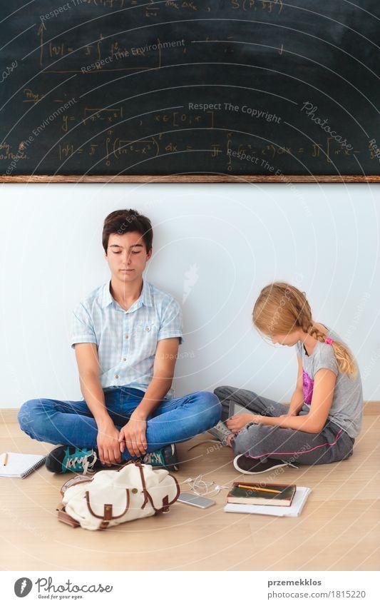 Jugendliche, die in der Schule an einer Tafel sitzen Mensch Mädchen sprechen Junge Denken 13-18 Jahre Buch Papier Studium Handy Landkarte Schreibstift