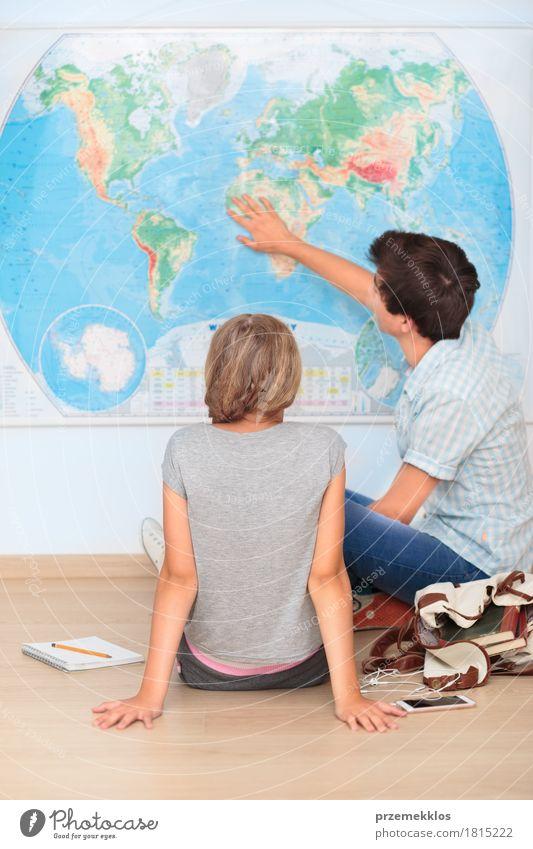 Jugendliche, die durch die Karte im Klassenzimmer sitzen Mensch Mädchen sprechen Lifestyle Junge Schule Denken 13-18 Jahre lernen Papier Studium Bildung Student