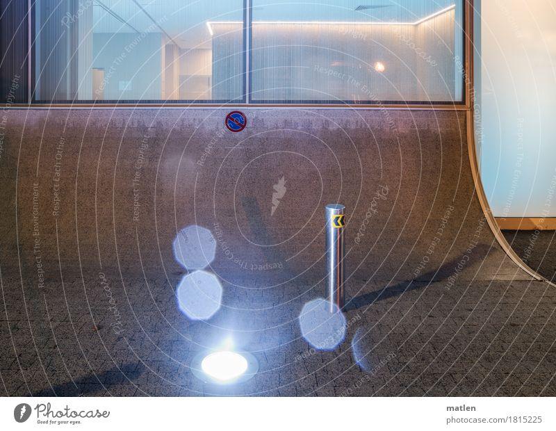 Zeit der Lichter Menschenleer Haus Architektur Fenster Straße blau braun weiß Parkverbot Linie Nieselregen Farbfoto Gedeckte Farben Außenaufnahme abstrakt