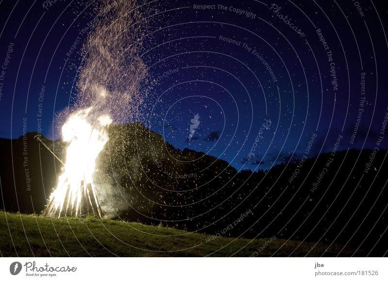 verspätet Natur Sommer Berge u. Gebirge Freiheit Holz Wärme glänzend wandern Brand fliegen Feuer Ausflug Europa Schweiz Nachthimmel