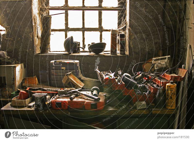 Endlich Feierabend! alt ruhig Ferne kalt Arbeit & Erwerbstätigkeit Wand Fenster grau Stein Mauer braun Freizeit & Hobby Beruf Stahl Handwerker Basteln