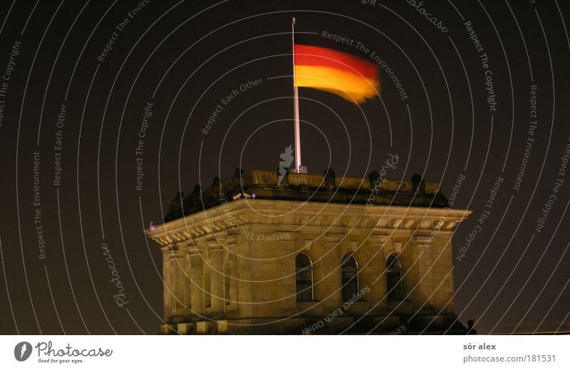 Deutsche Flagge rot ruhig schwarz Berlin Bewegung Freiheit Zusammensein Beleuchtung gold Nacht Macht Fahne Denkmal historisch Wahrzeichen