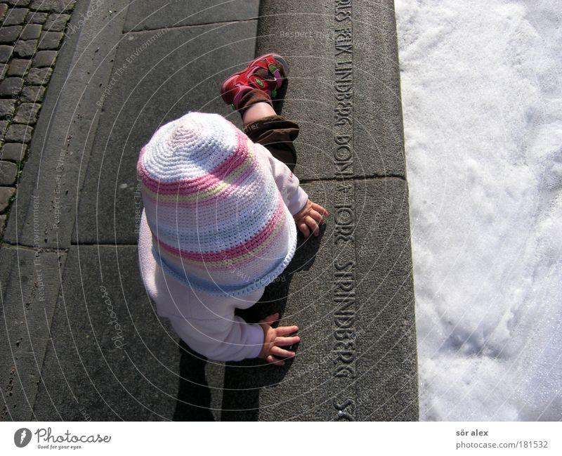 Spielend entdecken Freude Städtereise Kindererziehung Kindergarten Kleinkind Mädchen Kindheit Leben Hand 1 Mensch 1-3 Jahre brunen Mütze Stein krabbeln machen