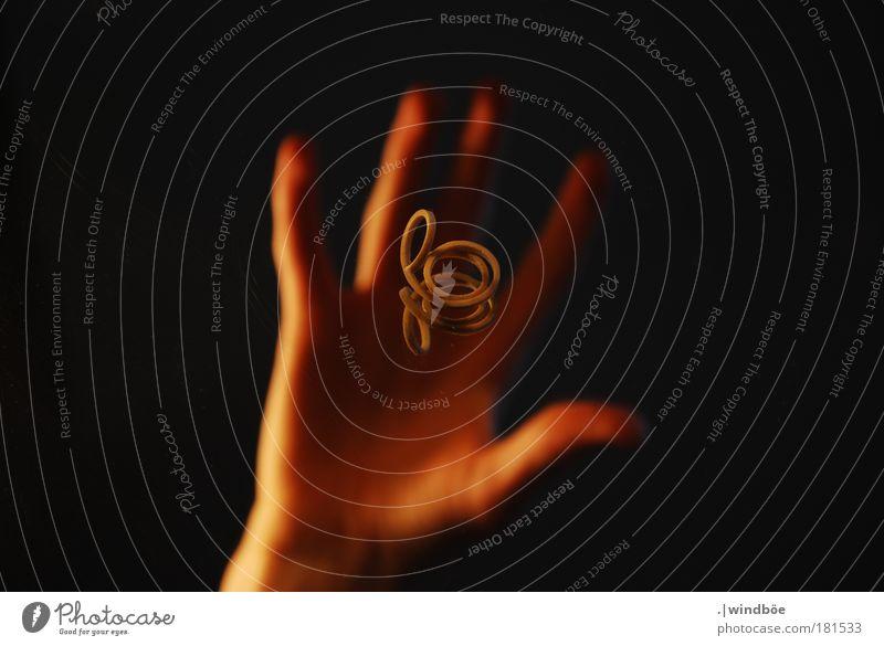 Wegnehmen Mensch Hand Freude ruhig schwarz Ferne gelb Bewegung Stimmung Glas Arme gold Finger außergewöhnlich trocken nah
