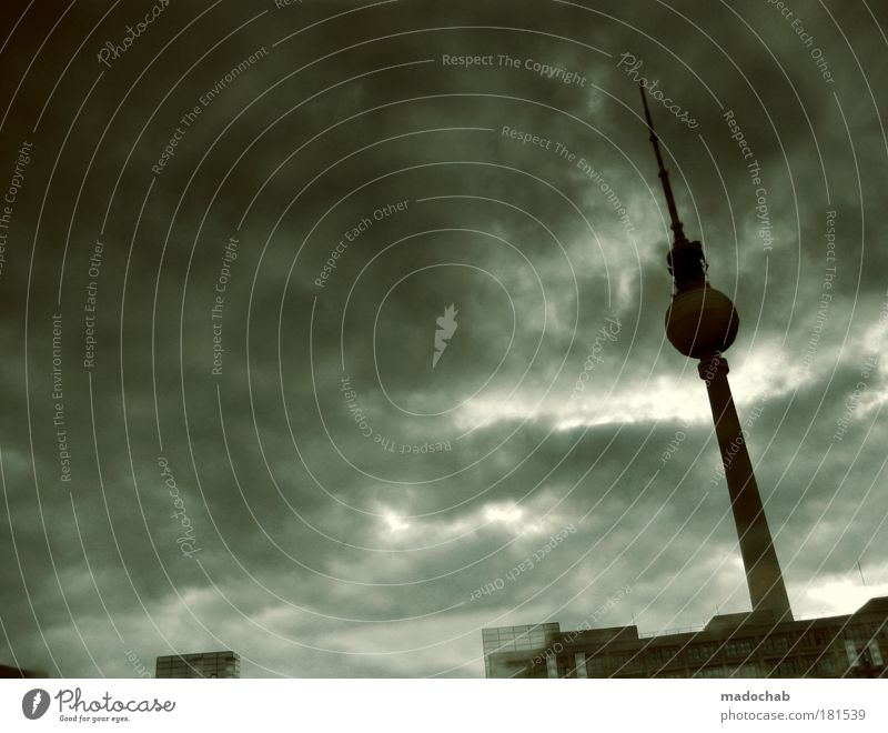 Stadt mit 6 Buchstaben serviert in Regenwasseransammlung Stadt Berlin Gefühle Traurigkeit Stimmung Architektur Umwelt Trauer gefährlich Zukunft Turm Klima Sturm Skyline Stress