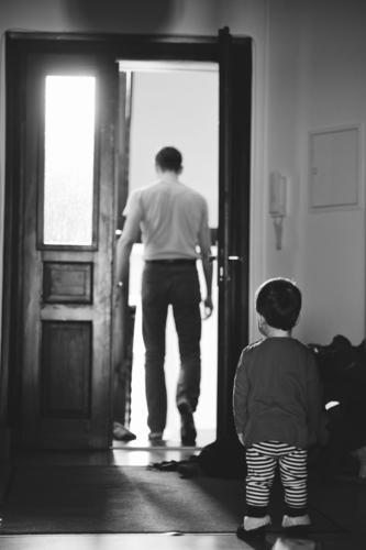 gone Kind Eltern Erwachsene Vater Familie & Verwandtschaft Kindheit 2 Mensch Tür beobachten Traurigkeit warten Neugier Gefühle Sorge Trauer Sehnsucht Einsamkeit
