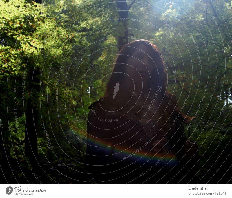 Lena in der Sonne Frau Wald dunkel Körperhaltung Regenbogen blenden Beruf