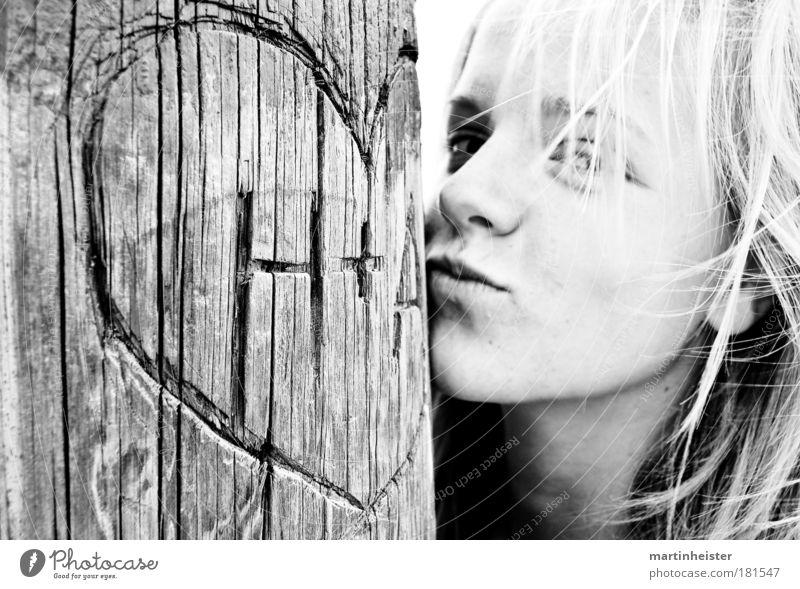 Kiss a heart Mensch Jugendliche Baum Gesicht Liebe feminin Gefühle Glück Denken Freundschaft Zufriedenheit Zusammensein blond frei Schwarzweißfoto authentisch