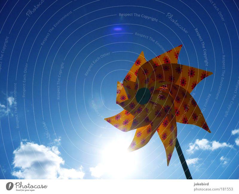 Sonne am Stiel Himmel Wolken Schönes Wetter Wind Spielzeug drehen hell blau gelb Windrad Sommer Klima Freisteller Vor hellem Hintergrund Blendenfleck