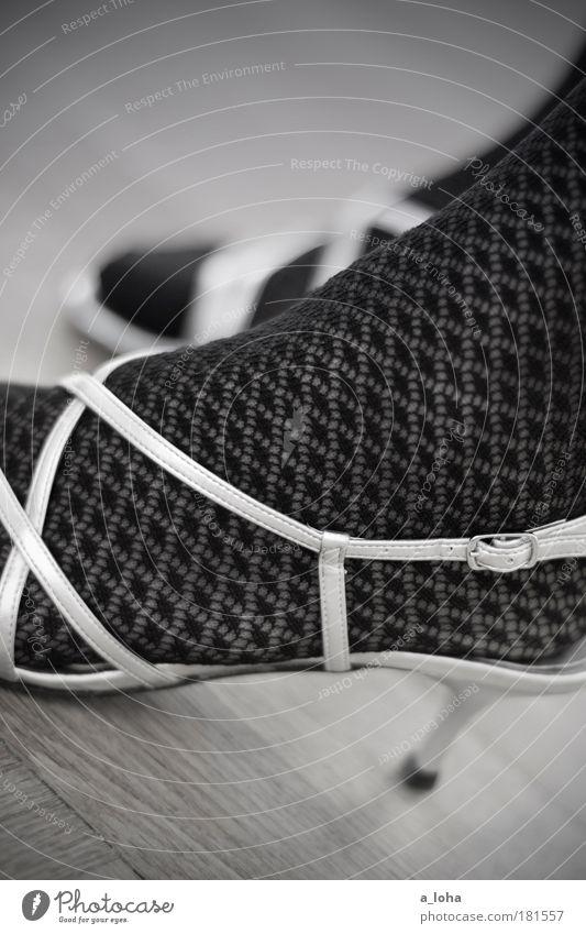 two shoes schön schwarz feminin Stil Fuß Linie Feste & Feiern Zufriedenheit elegant ästhetisch stehen Netzwerk Lifestyle Romantik dünn Bar