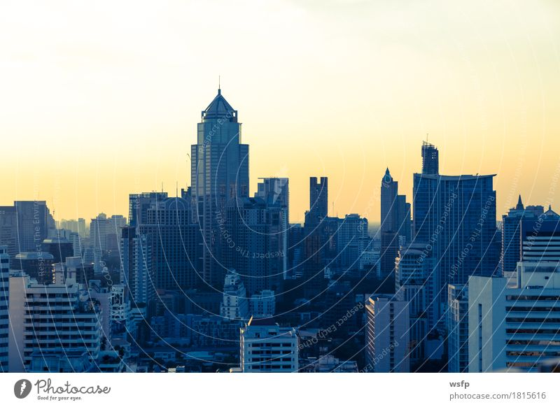Bangkok skyline bei Sonnenuntergang Panorama Büro Stadt Stadtzentrum Skyline Hochhaus Architektur panorama Stadtteil sukhumvit himmel bank Asien Thailand