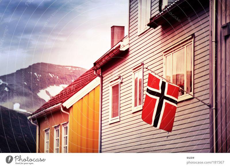 Flagge zeigen Ferien & Urlaub & Reisen Stadt Haus Fenster Berge u. Gebirge Holz Fassade Häusliches Leben Fahne Hütte Stolz wehen Norwegen Skandinavien