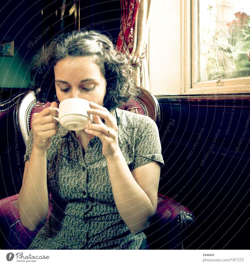 teatime Farbfoto Innenaufnahme Tag feminin Junge Frau Jugendliche Erwachsene Erholung trinken retro Geborgenheit Traurigkeit Trauer Einsamkeit Nostalgie