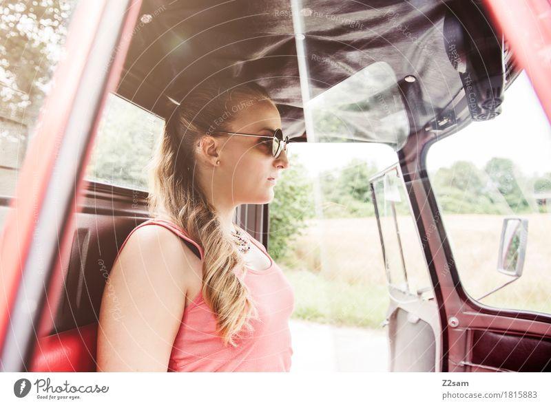 Ciao Ragazzi elegant Stil Sommer Junge Frau Jugendliche 18-30 Jahre Erwachsene Landschaft Schönes Wetter Fahrzeug PKW Mode Sonnenbrille blond langhaarig sitzen