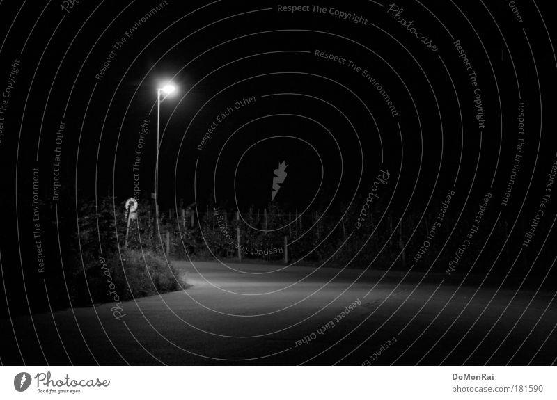 Soziophobie Technik & Technologie Energiewirtschaft Güttingen Schweiz Europa Platz Straße leuchten stehen dunkel kalt trist schwarz ruhig Sehnsucht Einsamkeit