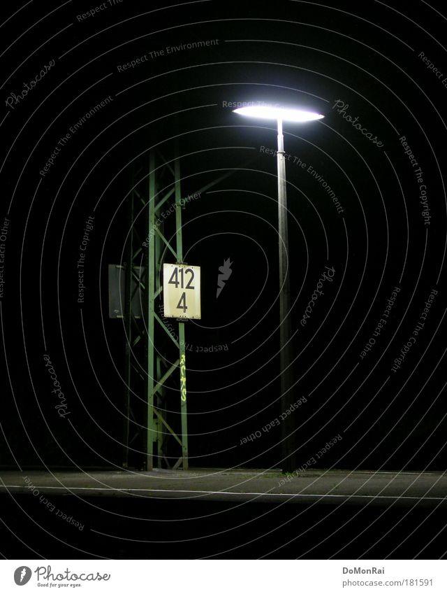 412/4 || Technik & Technologie Energiewirtschaft Industrie Metall Ziffern & Zahlen leuchten stehen dunkel kalt trist schwarz Einsamkeit Endzeitstimmung