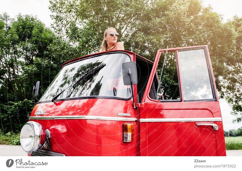 Ciao Ragazzi Lifestyle elegant Stil Sommer Junge Frau Jugendliche 18-30 Jahre Erwachsene Natur Landschaft Schönes Wetter Fahrzeug PKW Mode Sonnenbrille blond
