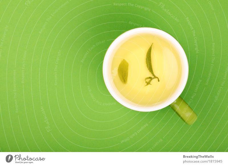 Volle Tasse grünen oolong Tees mit Blättern auf grüner, Draufsicht Getränk Heißgetränk Becher Gesunde Ernährung Leben harmonisch Erholung Blatt frisch