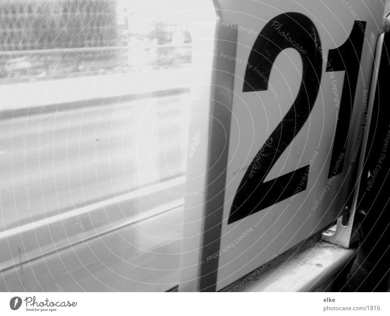 21 Ziffern & Zahlen Straßenbahn Fototechnik Schwarzweißfoto